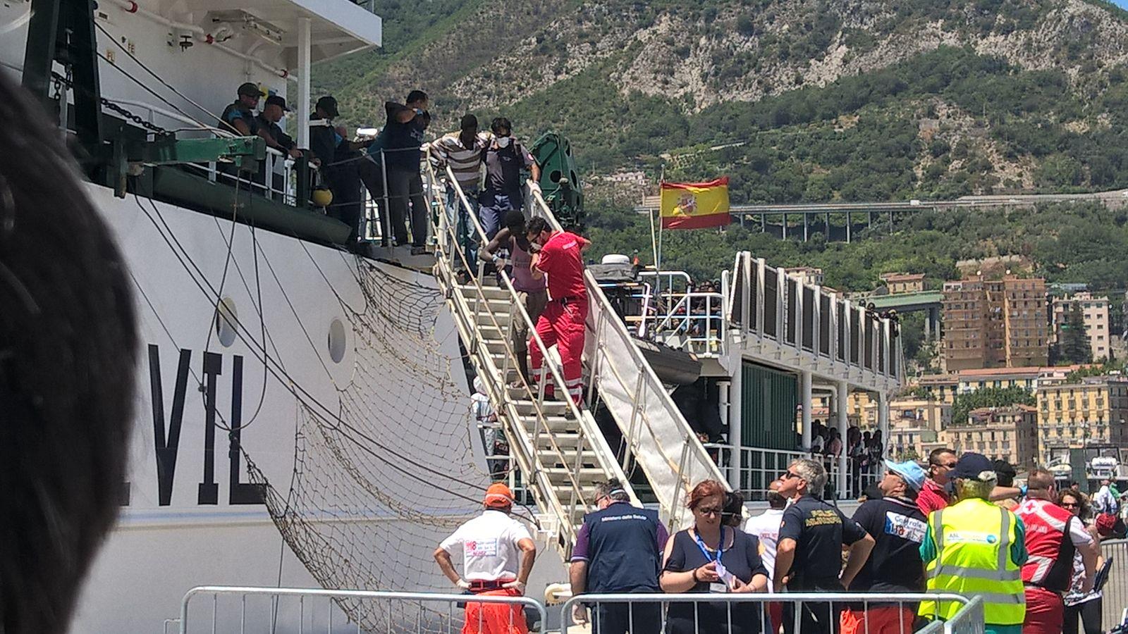 ore 13.15 - Il primo a sbarcare è un migrante africano su sedia a rotelle per fratture agli arti. Sarà portato in ospedale.