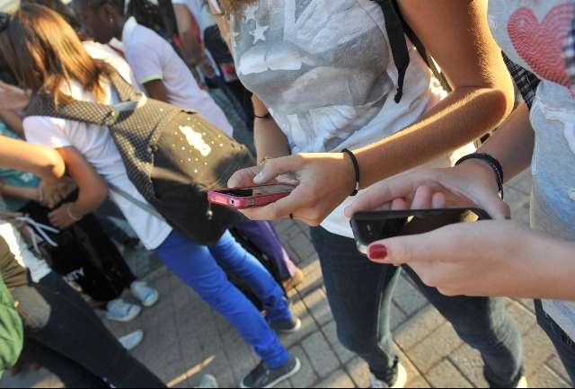 """L'allarme dagli Usa: """"La Cina ci spia attraverso i cellulari"""""""