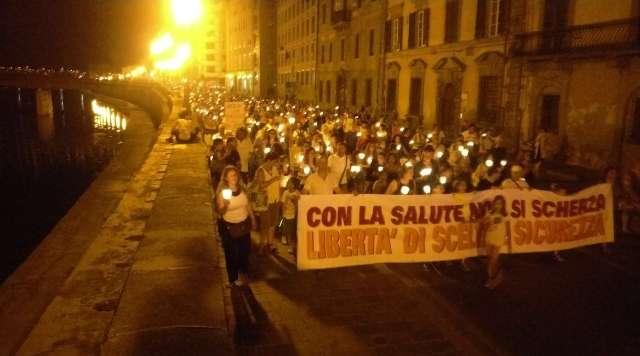 Vaccini: Pisa, in migliaia in strada per protestare contro l'obbligo