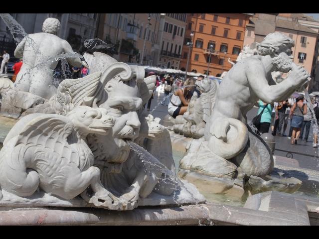 Fa bagno nudo in fontana a piazza Navona: multato un senzatetto