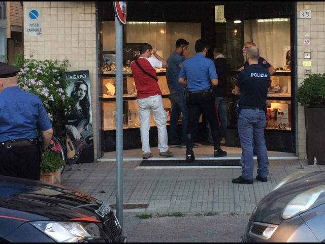 Pisa, bandito ucciso in una rapina in gioielleria