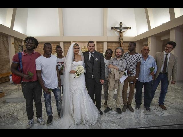 Sposi invitano migranti al matrimonio (Video)