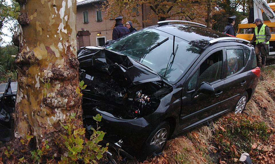 Auto contro albero, morti tre nordafricani in provincia di Alessandria
