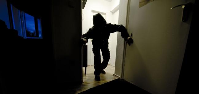 Amorosi, imbavagliano una donna e tentano una rapina in casa