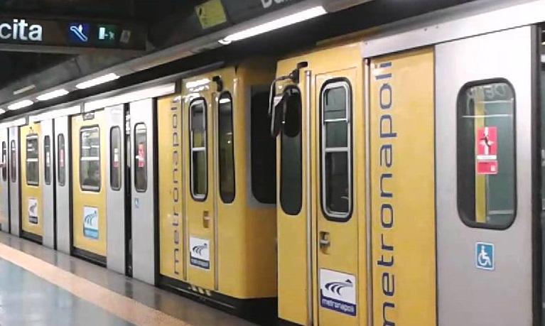 Ancora stop alla metropolitana: turisti a piedi nella domenica dei musei