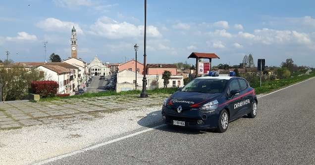 Extracomunitario irregolare sorpreso a spacciare, arrestato dai Carabinieri