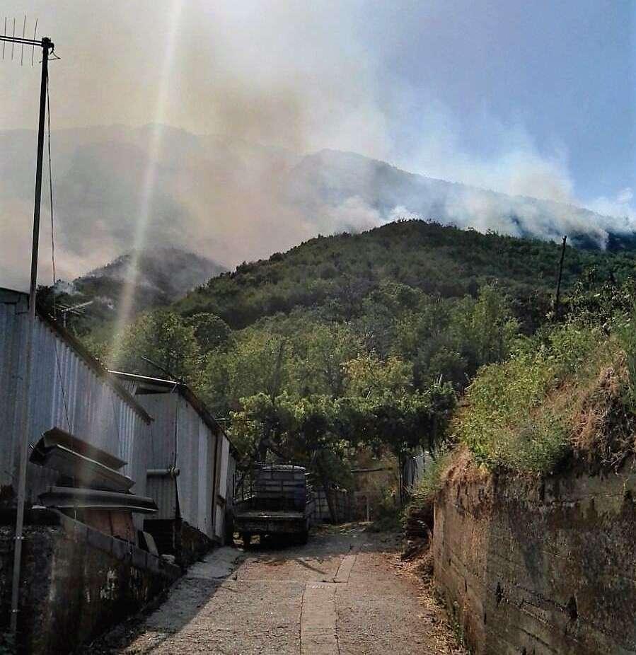 Inferno A Cava Il Sindaco Ordina L Evacuazione Delle Case Famiglie Nelle Scuole A Valle Anteprima24 It