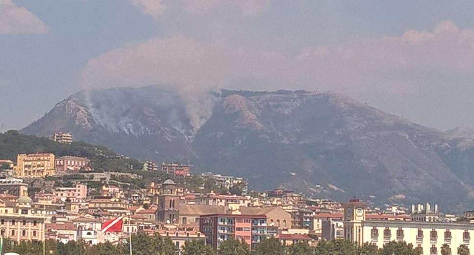 """Incendio Monte Stella, sindaco dal Prefetto: """"Fiamme vicine al Santuario"""""""