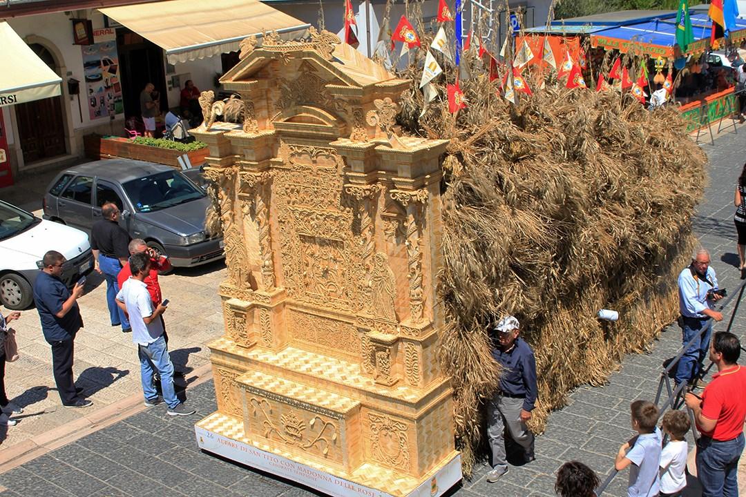 Festa del Grano, realizzato un ponte di paglia in ricordo della tragedia di Genova