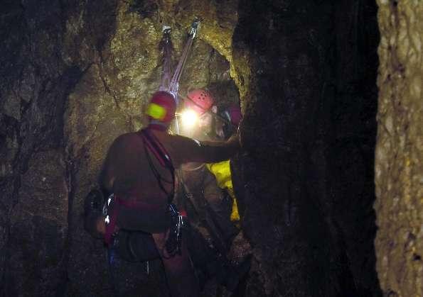 Si spezza la corda di sicurezza e precipita nel vuoto: morto Speleologo