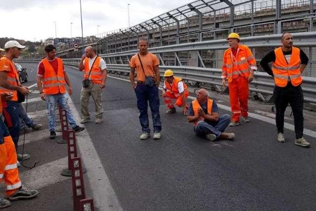 Operai minacciano il suicidio da un ponte: