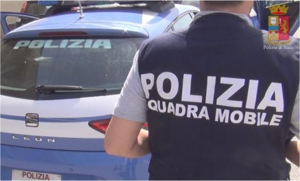Tentano di rapinare lo scooter di un poliziotto che reagisce facendo fuoco: due arresti