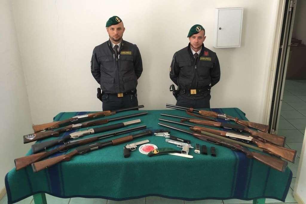 Tangenti per porto d'armi e per far sparire fascicoli, in manette un poliziotto