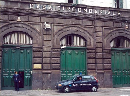 Droga e telefoni nel carcere di Poggioreale, arrestato agente