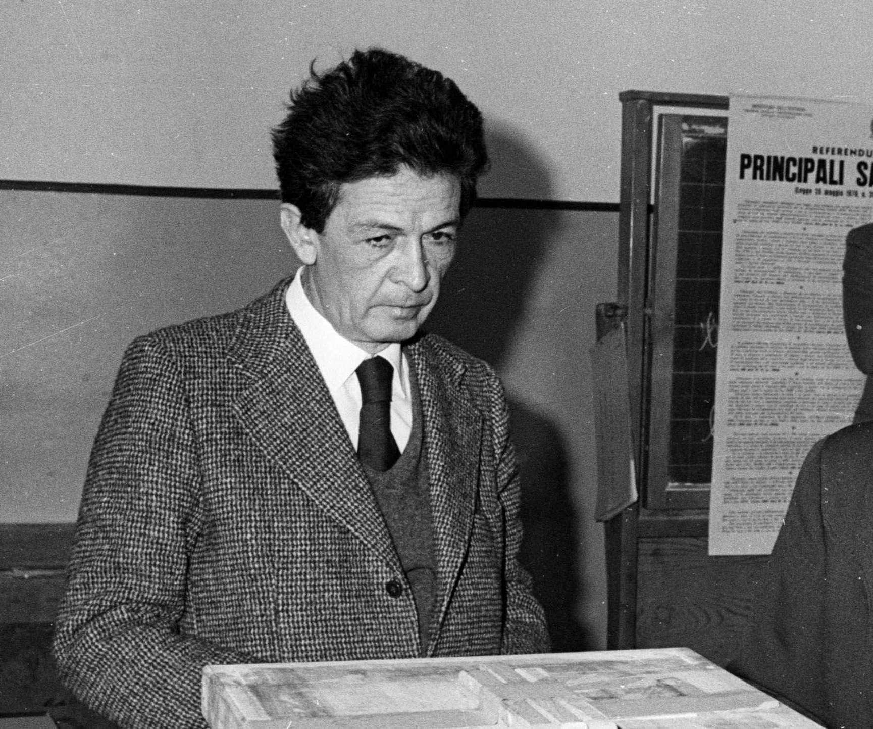 'Con gli occhi di Mario': cento foto per ricordare Enrico Berlinguer