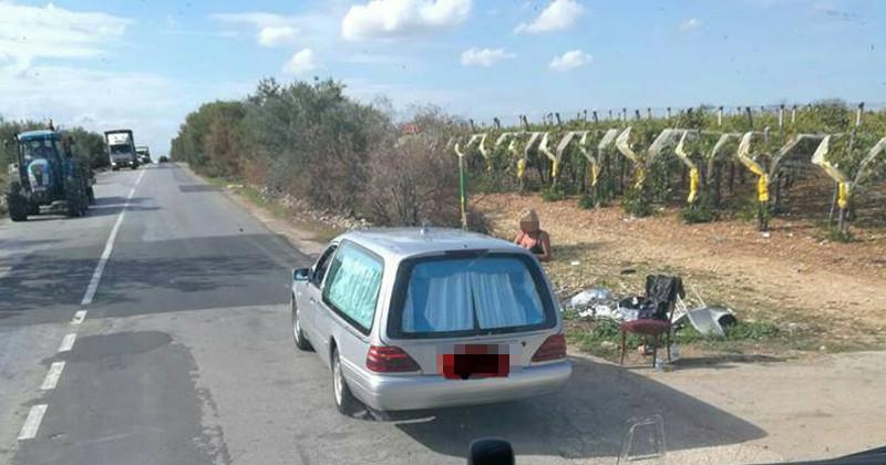 Puglia, carro funebre si ferma dalla prostituta. La foto diventa virale