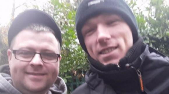 Offre sigaretta a un senzatetto e ritrova il fratello perduto