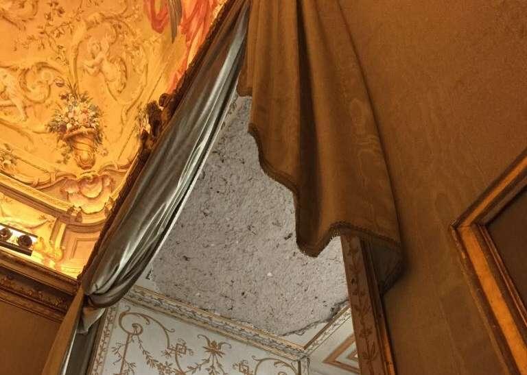 Crollo alla Reggia: oggi i restauratori, le uscite di sicurezza restano chiuse