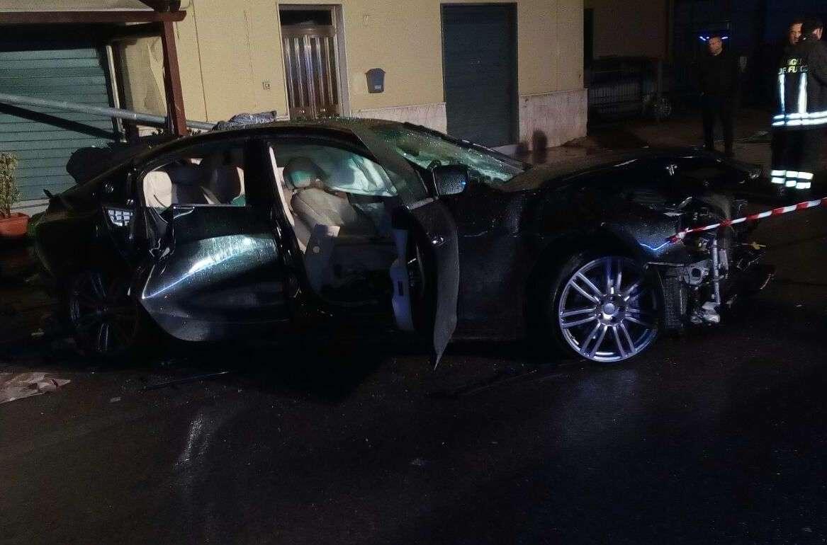 Tragico schianto con l'auto contro un palo: muore 29enne, inutili i soccorsi