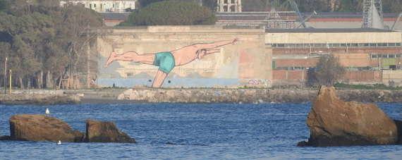 Ecco il nuotatore, il murales più grande dei Campi Flegrei