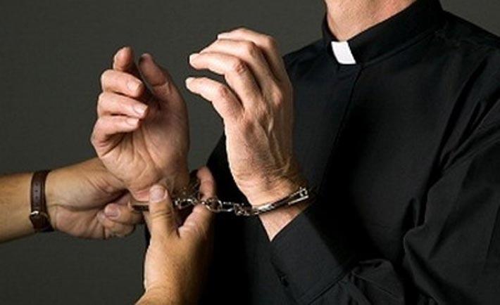 Abusi sessuali durante riti esorcistici, al via processo ma il prete non compare