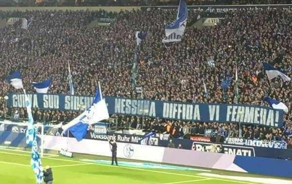 Gli ultras Schalke omaggiano la curva Siberiano, ma a Salerno è rottura con Lotito