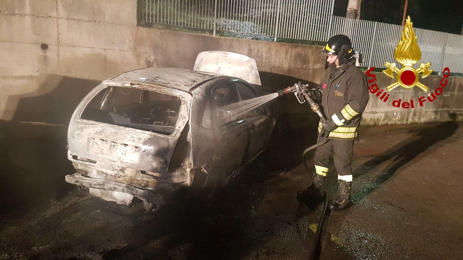 Ufficio In Fiamme : Incendio a teora: in fiamme due auto nei pressi dellufficio postale