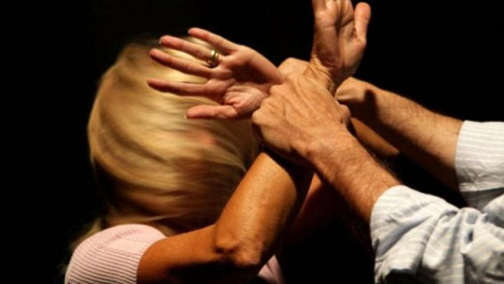 Minaccia di morte e aggredisce la moglie, arrestato un 60enne