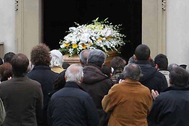 Ritenuto morto, si presenta a sorpresa al suo funerale