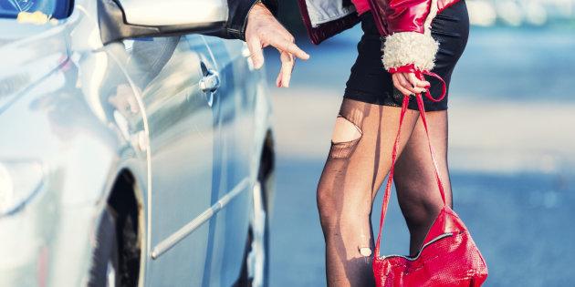 """Controlli anti prostituzione della volante, ancora un cliente e una """"lucciola"""" multati"""