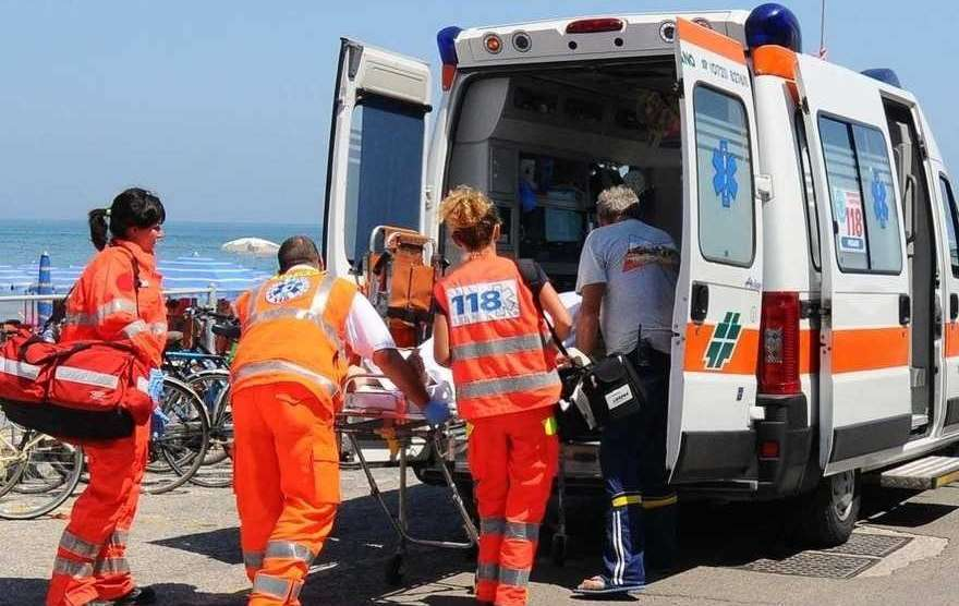 Tragedia in mare a Varcaturo, rinvenuto il cadavere di una donna