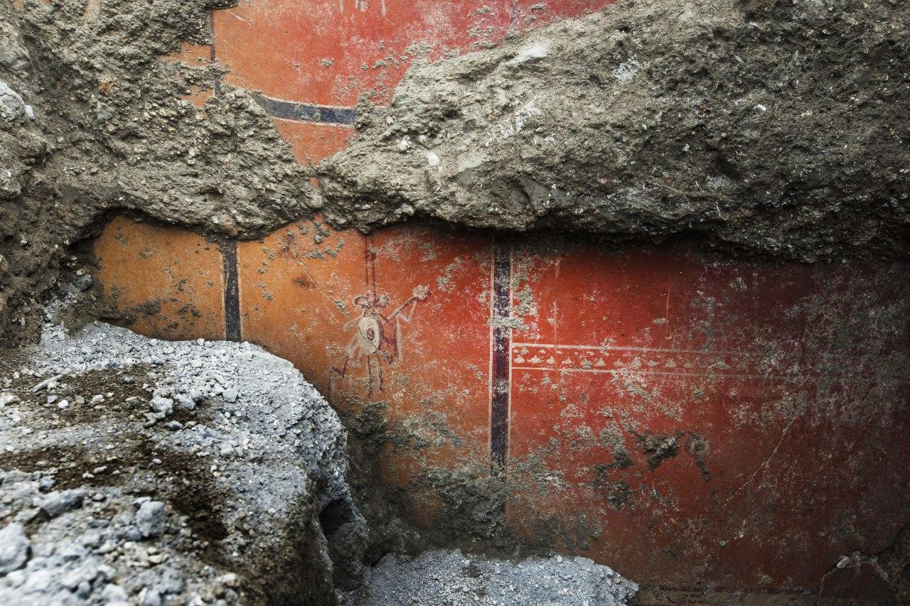 Pompei, la Domus dei Delfini sta vedendo la luce: rinvenuti affreschi