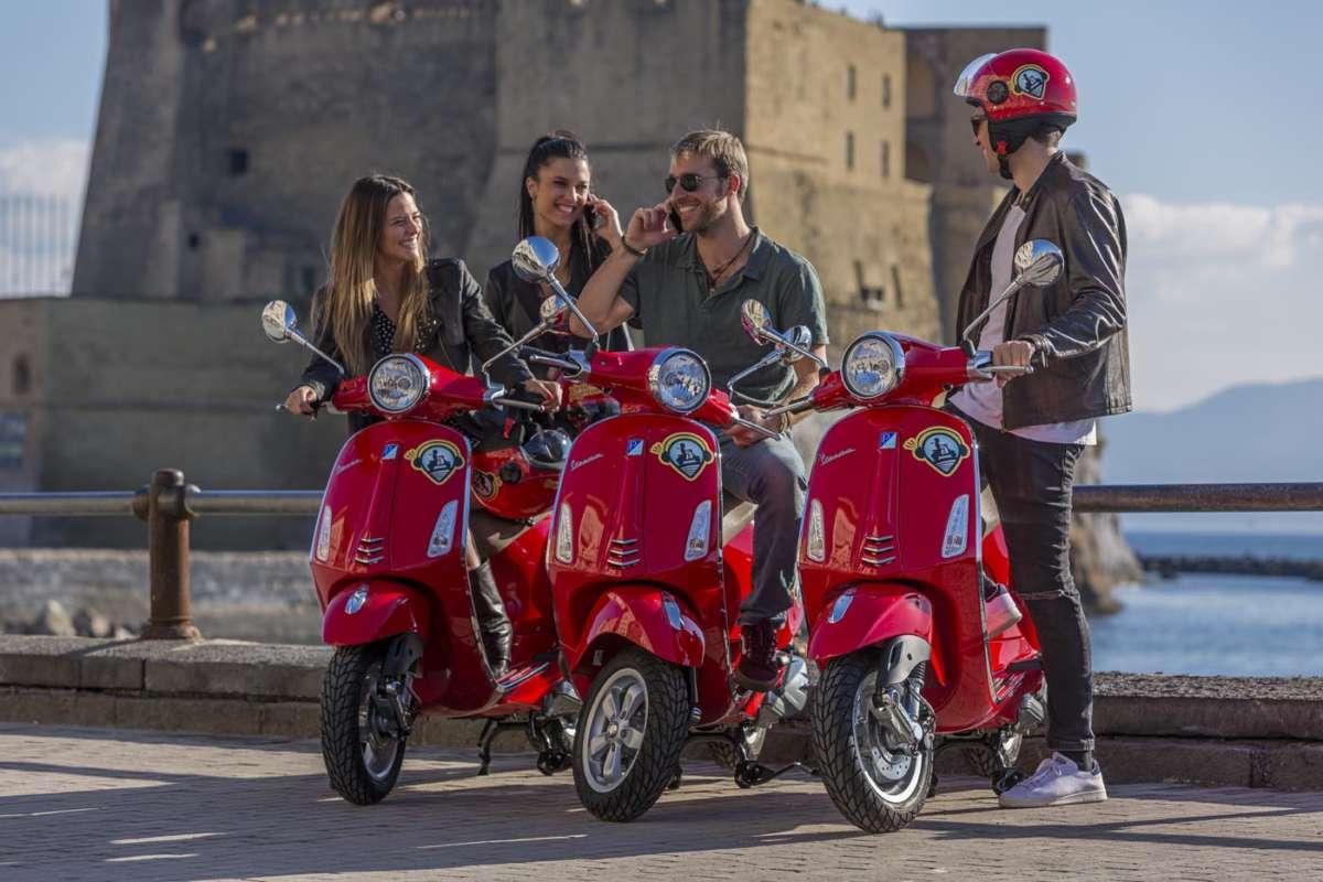 I turisti in Vespa per ammirare le bellezze campane