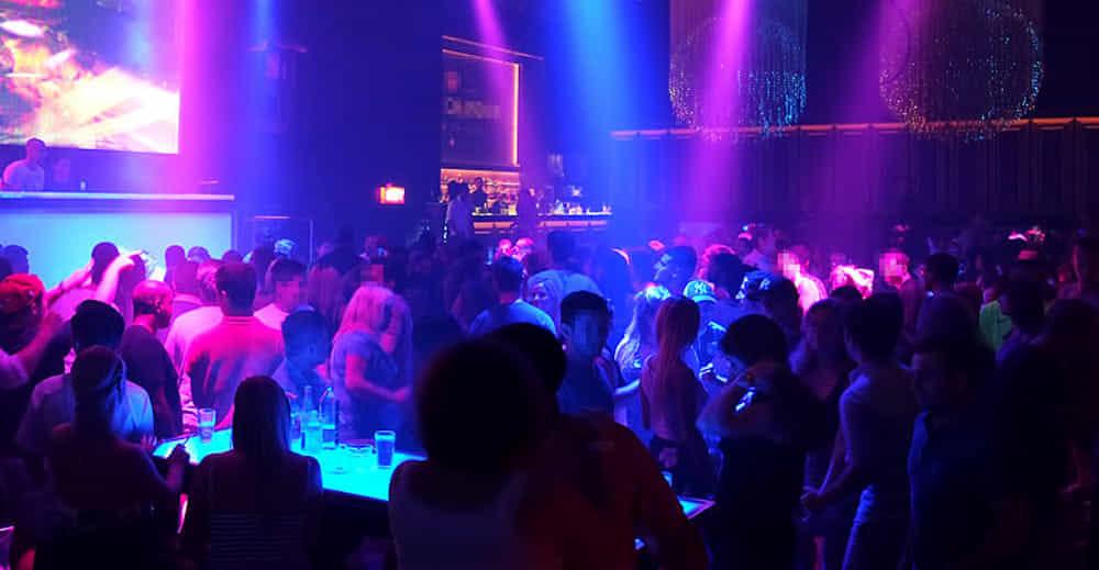 Non fanno entrare il figlio in discoteca: si lancia col furgone sulla folla