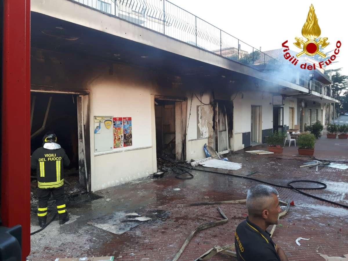 In fiamme un bar nel centro di Cava de' Tirreni, non si esclude pista dolosa