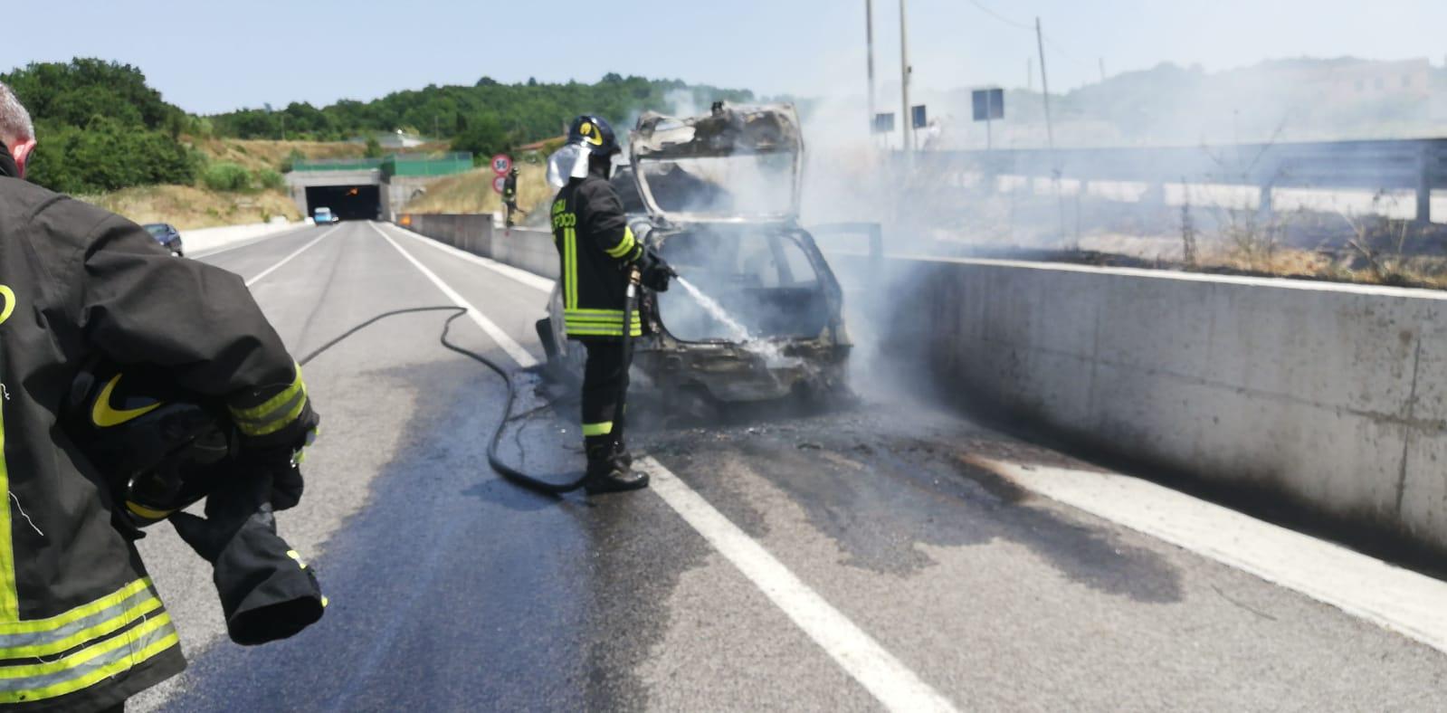 Auto in fiamme sulla Fortorina, spavento per la conducente