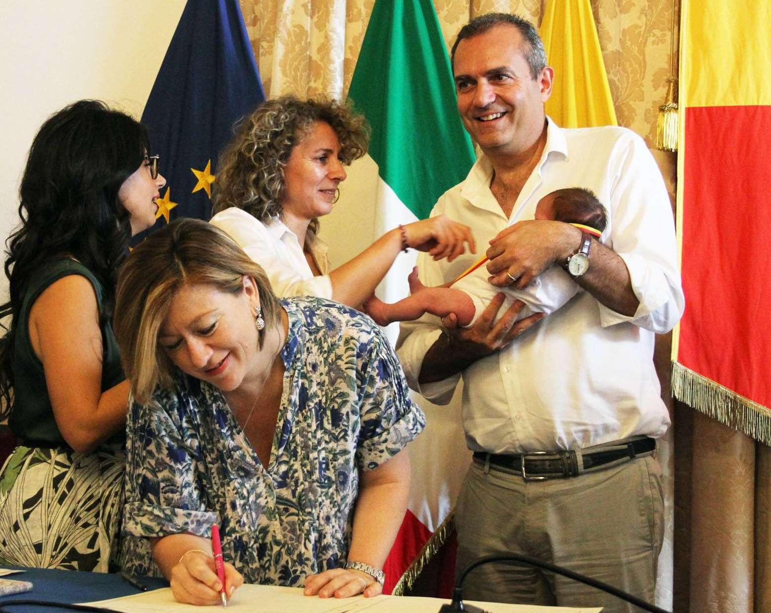 """Napoli """"arcobaleno"""", il Comune registraundicibimbi con il doppio cognome"""