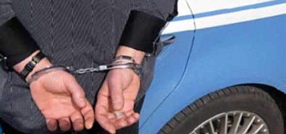 Tabaccaia 90enne mette in fuga ladro: beccato e arrestato