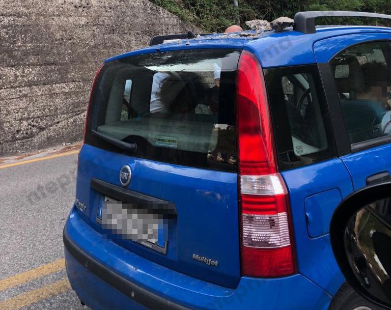 Paura in via Napoli, pezzi del cavalcavia 'piovono' sulle auto (FOTO)