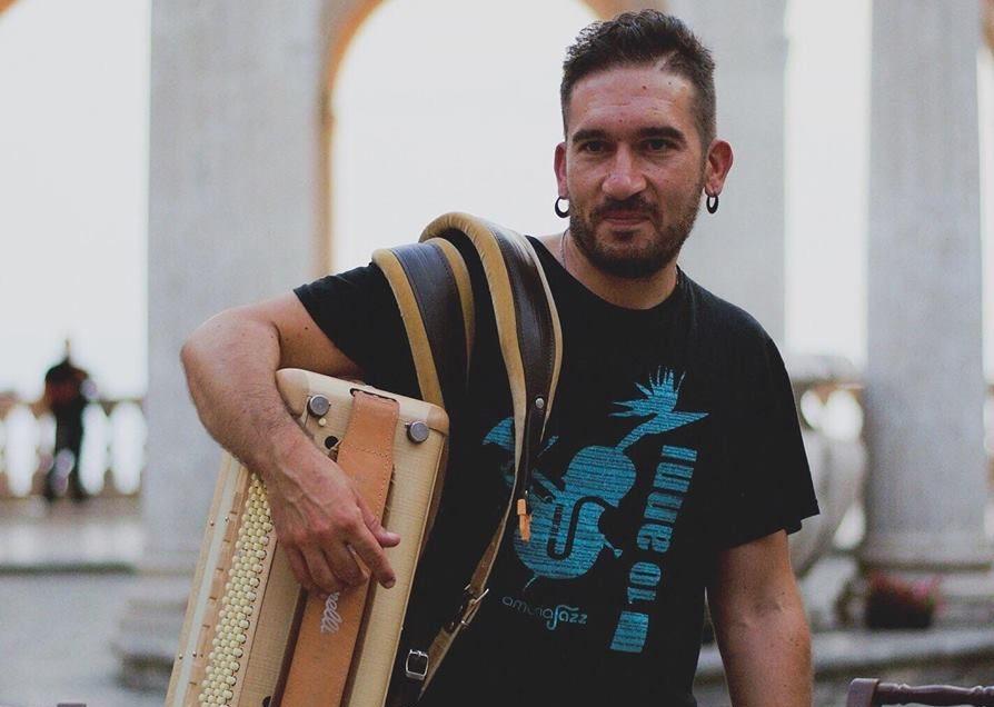 Il virtuoso della fisarmonica Ioanna chiude l'anno con una serie strepitosa di concerti