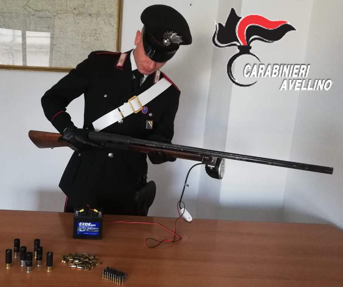 Fermato con fucile clandestino, tenta di corrompere i carabinieri: arrestato