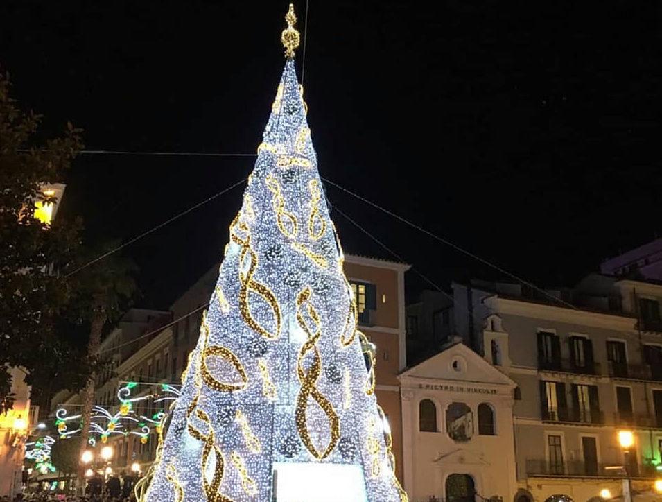 Salerno, problemi tecnici all'inaugurazione ma l'Albero è già una star