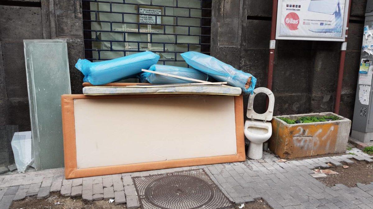 "Water, suppellettili e rifiuti tra i turisti a Napoli, Borrelli: ""Vergogna infinita"""