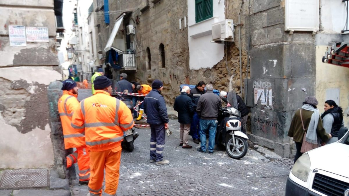 Spaccanapoli, sgomberata palazzina a rischio crollo: cede sistema fognario