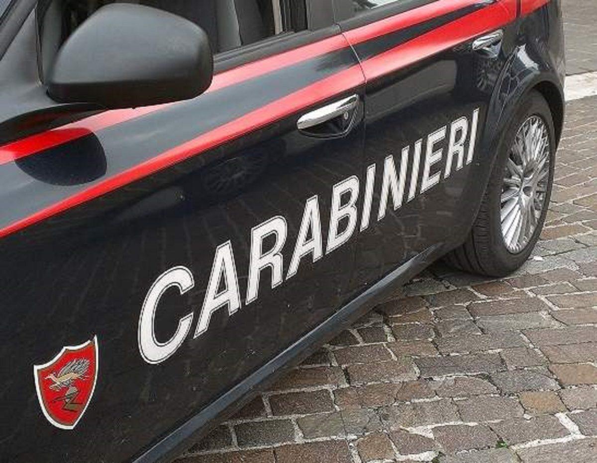 Getta involucro dal finestrino alla vista dei carabinieri: arrestato 50enne