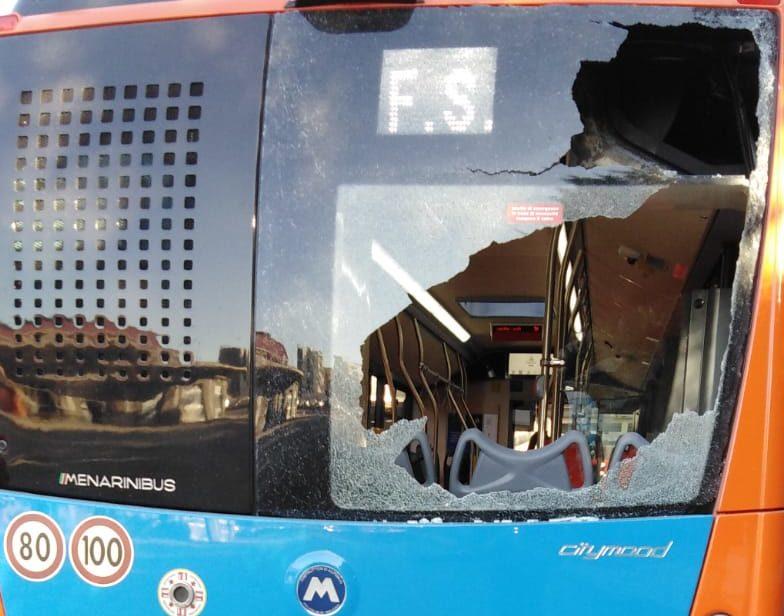 Sassaiola a San Pietro a Patierno, subito danneggiato il nuovo bus dell'Anm