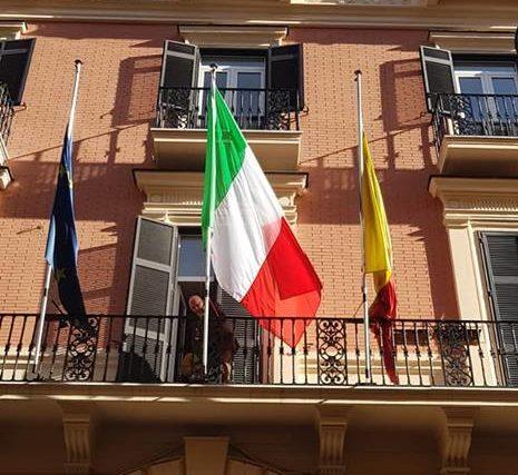 Tricolore a brandelli in consiglio, l'esponente dem acquista nuova bandiera