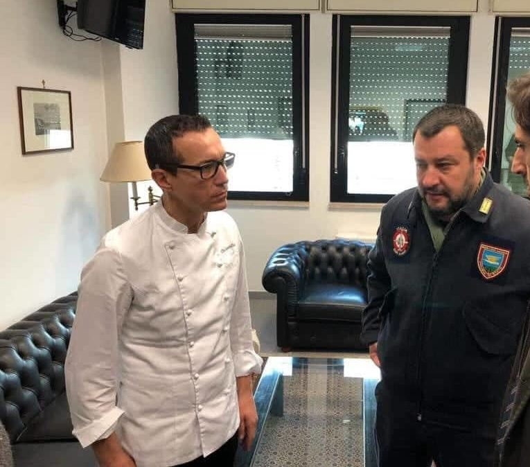 """Sorbillo-Salvini, dopo la bomba scoppia la pace: entrambi in """"divisa"""" in aeroporto"""