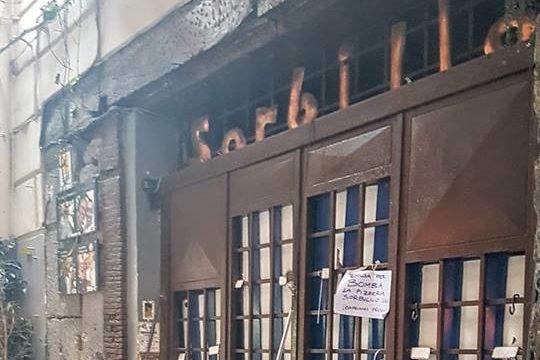 """Bomba contro Sorbillo, l'urlo di Napoli: """"Non piegheremo la testa"""""""
