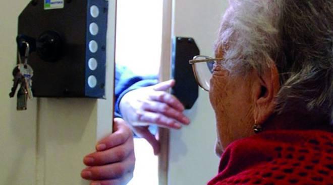 Truffe telefoniche a nonne, chiedeva oltre 5mila euro e oro: arrestato